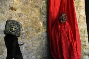 une performance de l'association Les Créateurs de Masques. Masques réalisés par Sébastien Bickert et Alaric Chagnard ; interprétés par Emmanuelle Mouque-Raggi, Chloé Cassagnes et Alban Lebrun